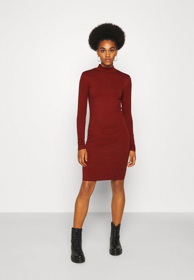 JDYAVA LIFE TURTLENECK DRESS - Žerzejové šaty - russet brown
