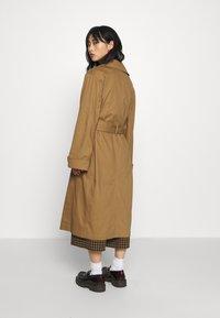 Gina Tricot Petite - MIMMI - Trenchcoat - brown - 2