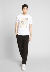 Original Penguin - PHOTOFILL STAMP LOGO TEE - T-shirt print - bright white - 1