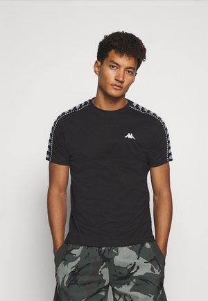 ILYAS - Camiseta estampada - caviar