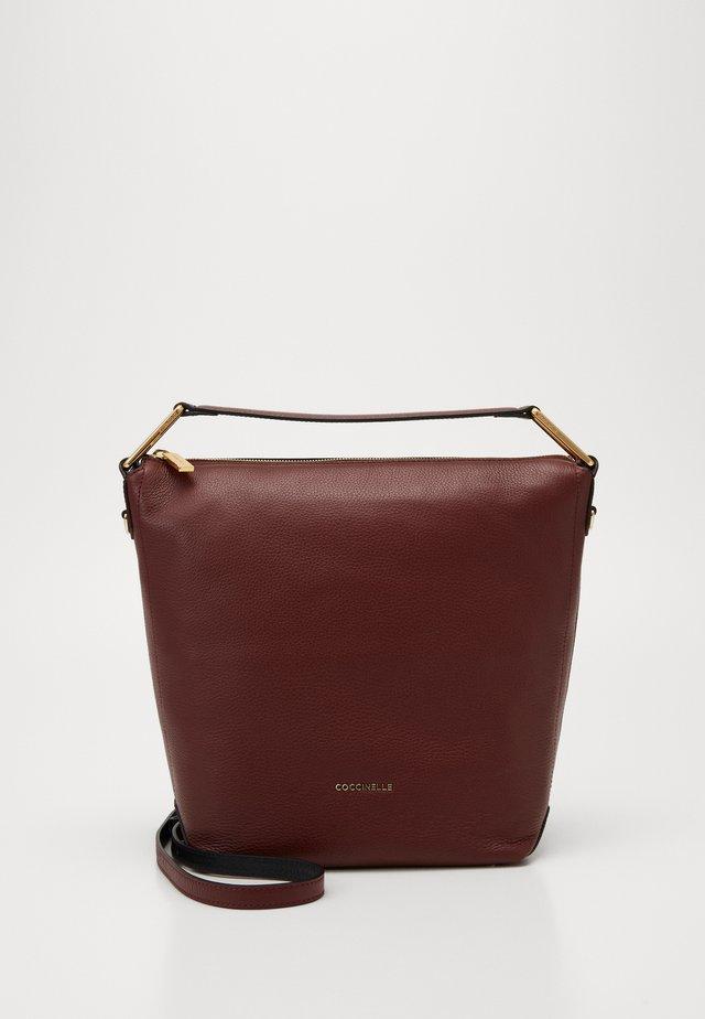LIYA  - Handtasche - marsala/noir