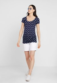 Zalando Essentials Maternity - T-shirt z nadrukiem - blue - 1