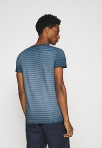 Marc O'Polo - SHORT SLEEVE ROUND NECK AMERICAN SHOULDER - Print T-shirt - total eclipse - 2