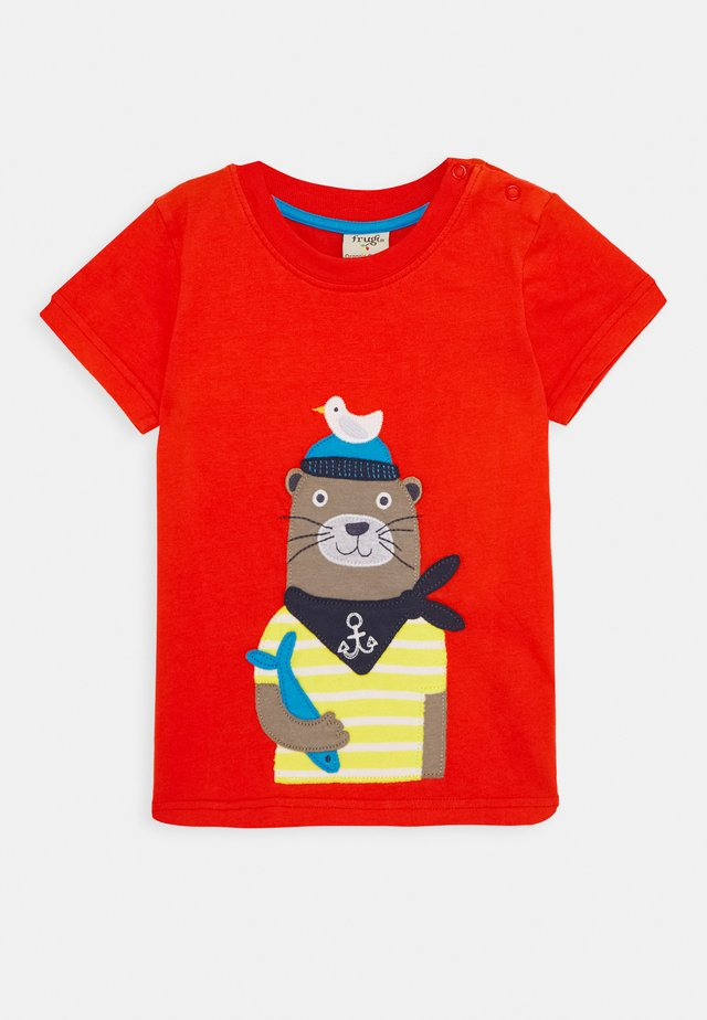 STANLEY OTTER  - Print T-shirt - koi red