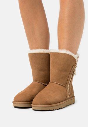 BAILEY ZIP SHORT - Vinterstøvler - chestnut