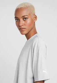 Puma - TEE - Print T-shirt - mottled light grey - 3