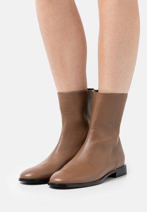 ESSENCE BOOT - Kotníkové boty - cognac