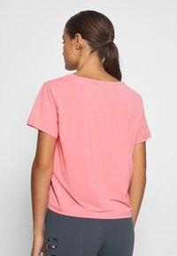 ONLY PLAY Petite - ONPMARIKA SHORT TRAINING TEE - Camiseta estampada - strawberry pink turbulence - 2