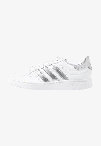 TEAM COURT - Trainers - footwear white/silver metallic