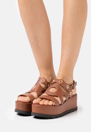 WEDGES - Korkeakorkoiset sandaalit - henna