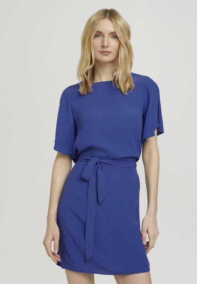 MIT BINDEGÜRTEL - Day dress - anemone blue