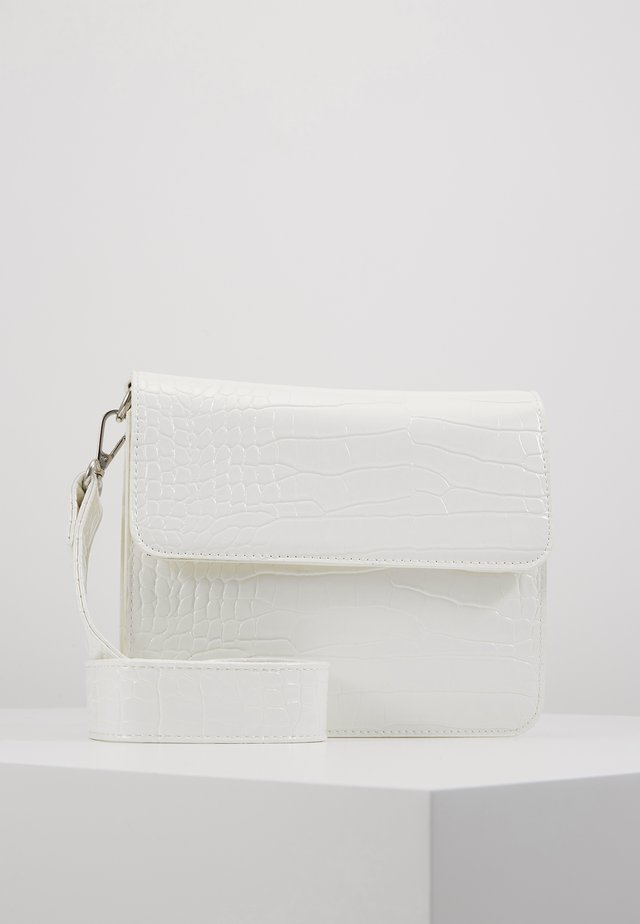 CAYMAN SHINY STRAP BAG - Axelremsväska - white