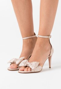 Red V - High heeled sandals - nude - 0
