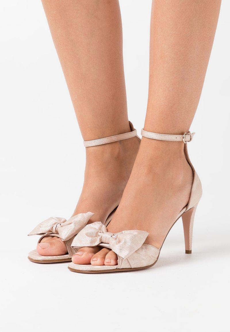 Red V - High heeled sandals - nude