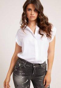 Guess - KURZARM - Button-down blouse - weiß - 0