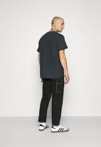 Mennace - FALLEN REGULAR - T-shirt con stampa - black - 2