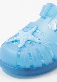 IGOR - TOBBY ESTRELLA - Pool slides - azul/celeste - 2