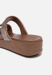 Crocs - MONTEREY - Badesandaler - bronze - 5