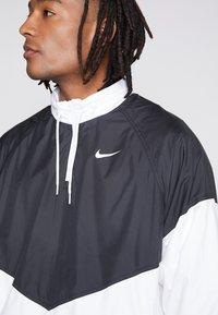 Nike SB - SHIELD SEASONAL - Kurtka sportowa - black/white - 5