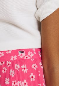 Tommy Jeans - PLEATED BUTTON THRU SKIRT - A-line skirt - glamour pink - 4