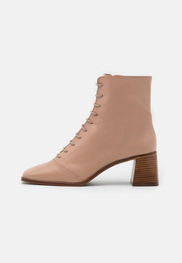 ARIELLA TOE EVERYDAY BOOT - Snörstövletter - nude