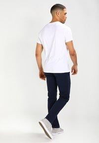 Tommy Jeans - SLIM FERRY - Chinos - navy blazer - 2
