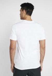 Nike Performance - TEE COURT - T-shirt med print - white - 2