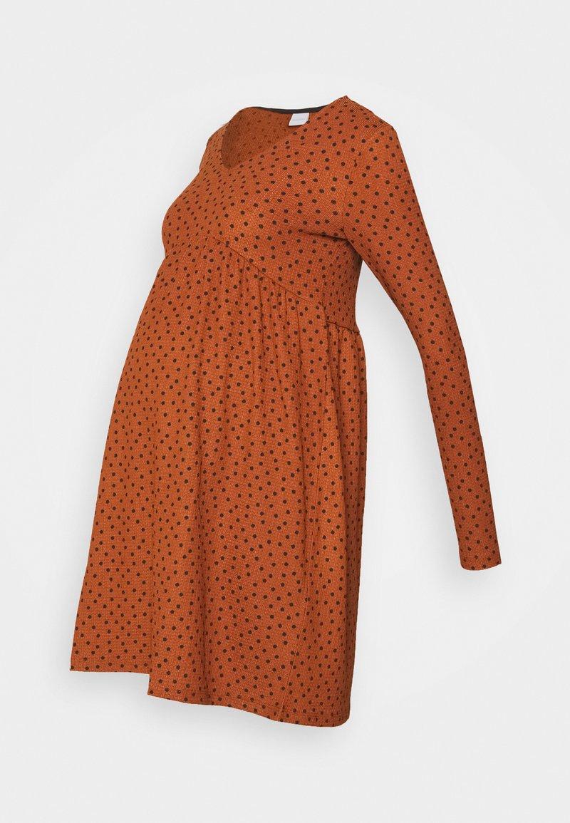 MAMALICIOUS - MLNILLE DRESS - Žerzejové šaty - glazed ginger/black dots