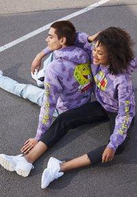 Tommy Jeans - ABO TJU X SPONGEBOB HOODIE UNISEX - Sweatshirt - purple quartz - 1