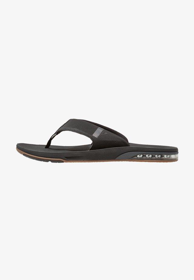 FANNING LOW - Sandály s odděleným palcem - black
