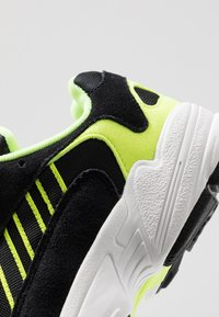 adidas Originals - YUNG-1 - Zapatillas - core black/hi-res yellow - 8