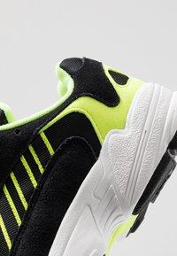 adidas Originals - YUNG-1 - Sneakers - core black/hi-res yellow - 8