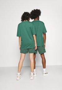 Jack & Jones - JJITOBIAS  UNISEX - Shorts - trekking green - 2