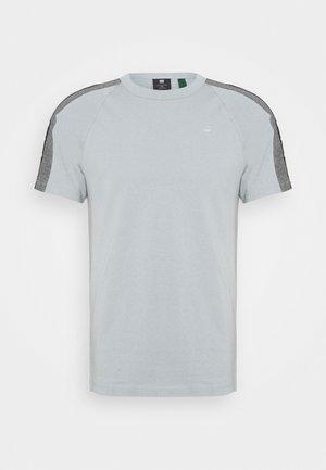 SPORT TAPE LOGO + R T S\S - T-shirt imprimé - correct grey