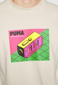 Puma - DOWNTOWN GRAPHIC TEE - Print T-shirt - birch - 5