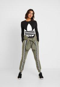 adidas Originals - R.Y.V. CUFFED SPORT PANTS - Trainingsbroek - legacy green - 1