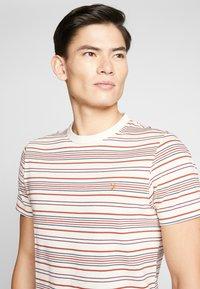 Farah - ROSEDALE TEE - T-shirt z nadrukiem - cream - 3