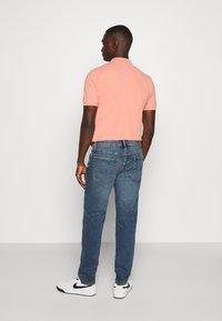 American Eagle - ATHLETIC DARK WASH - Straight leg jeans - blue denim - 2