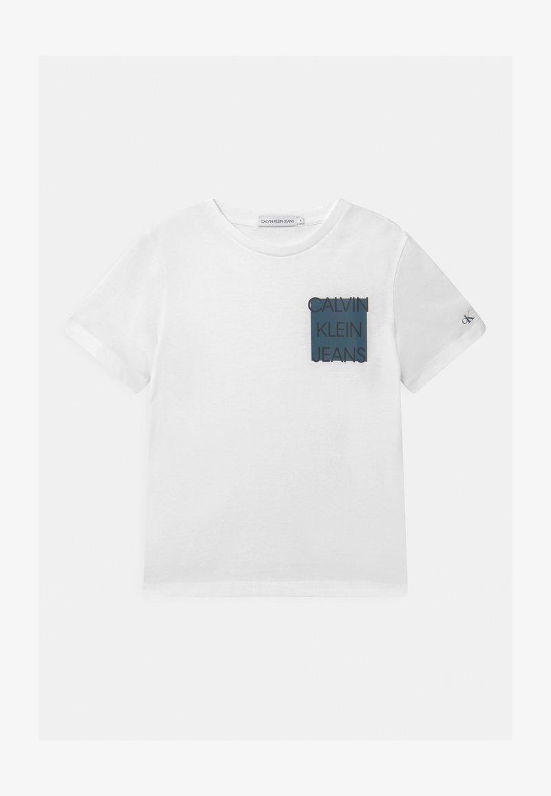 Calvin Klein Jeans - CHEST LOGO BOX  - T-shirt z nadrukiem - white