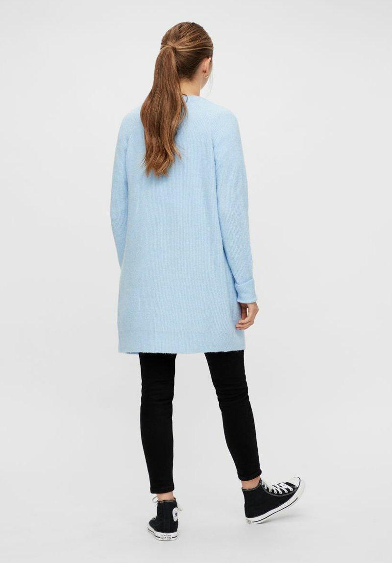 Pieces PCELLEN - Strickjacke - cashmere blue/hellblau 38gr5e