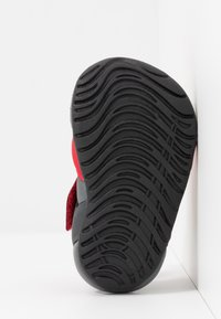 Nike Performance - SUNRAY PROTECT - Chaussures aquatiques - university red/anthracite/black - 5