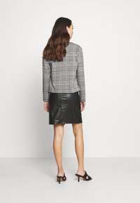 ONLY - ONLZIGA SHORT - Blazer - black/cloud dancer - 2