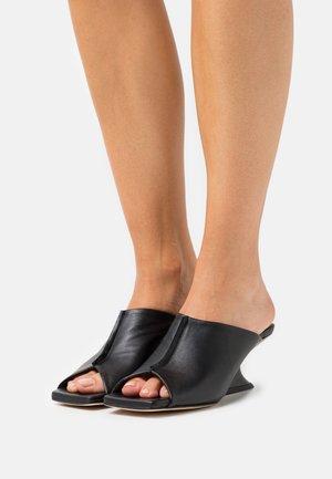 ROSA WEDGE  - Pantofle na podpatku - black