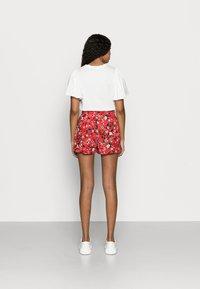 Vero Moda Petite - VMSIMPLY EASY - Shorts - goji berry/lotte - 2