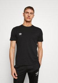 Umbro - SMALL LOGO TEE - Basic T-shirt - black - 0
