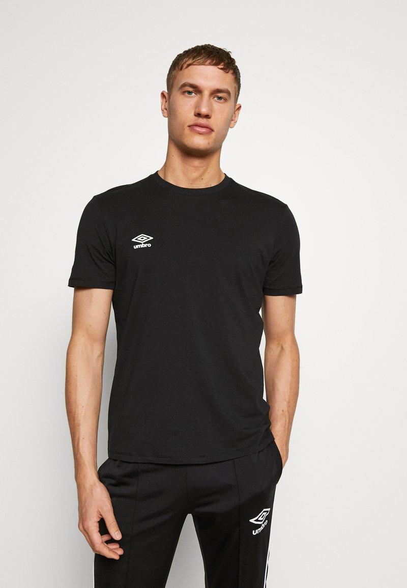 Umbro - SMALL LOGO TEE - Basic T-shirt - black
