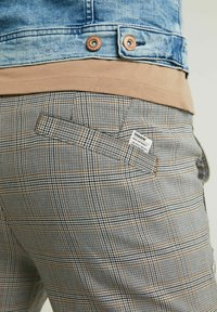 CHASIN' - Trousers - light grey - 3