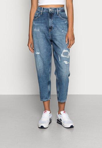 MOM UHR - Relaxed fit jeans - denim medium