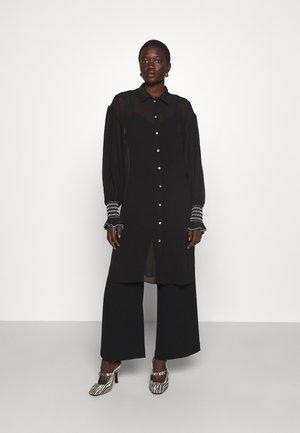 MAXI SHIRT SMOCKING - Button-down blouse - black