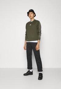 Nike Sportswear - REPEAT CREW - Long sleeved top - cargo khaki - 1